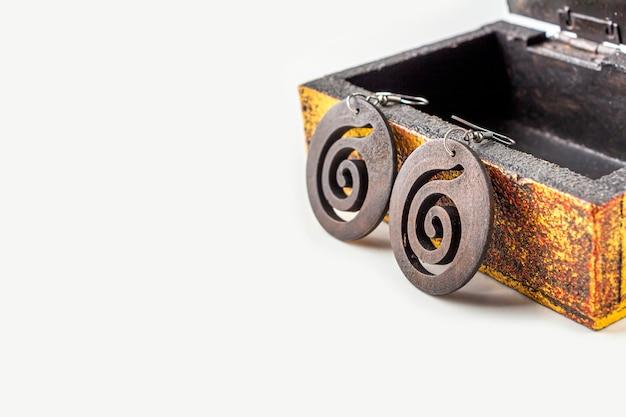 Handgefertigte ethnische holzohrringe aus antikem metallic-vintage-sarg