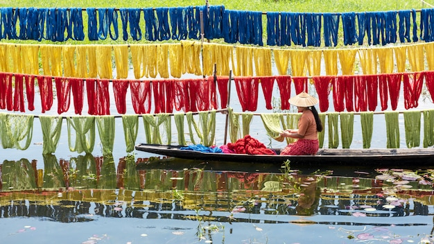 Handgefertigte farbenfrohe lotusstoffe aus lotusfasern in inle lake, shan state in myanmar.