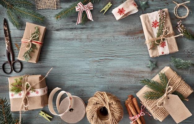 Handgefertigte geschenke auf dunklem rustikalem holztisch mit weihnachtsdekorationen
