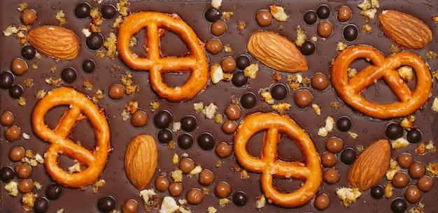 Handgefertigte schokoriegel mit verschiedenen trockenfrüchten und nuss-toppings.