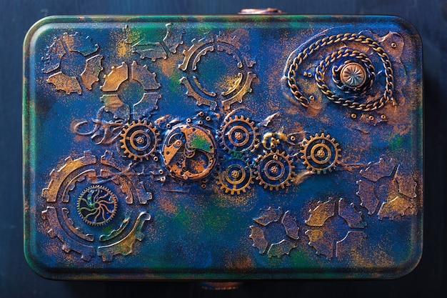 Handgefertigte steampunk-box mit mechanischem zahnrad-uhrwerk