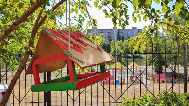 Handgefertigte vogelhäuschen aus holz in einem stadtpark. vogelhaus.