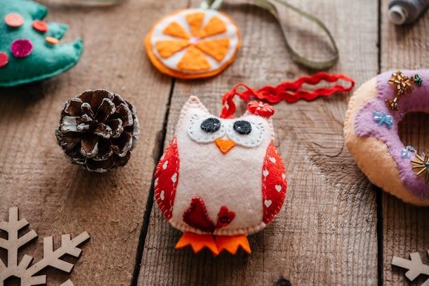 Handgefertigte weihnachts-eulen-ornament aus filz, bastelideen für weihnachten und neujahr