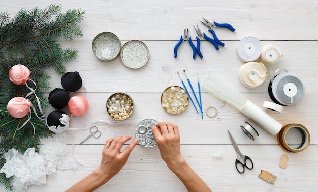 Handgefertigte weihnachtskugeln herstellen, weihnachtsdekorationen und girlanden herstellen.