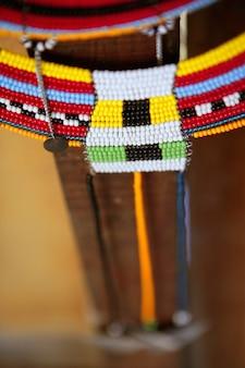Handgefertigter massai-schmuck und ethnische dekoration