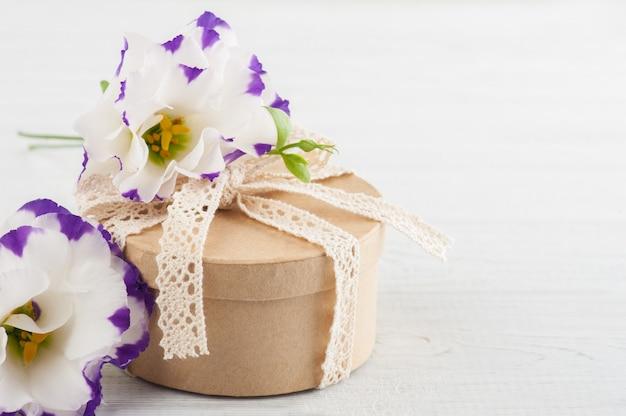 Handgefertigtes geschenk und blumen