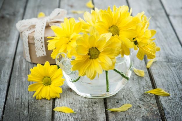 Handgefertigtes geschenk und gelbe gänseblümchen