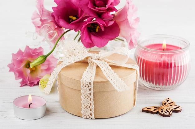 Handgefertigtes geschenk und rote eustoma