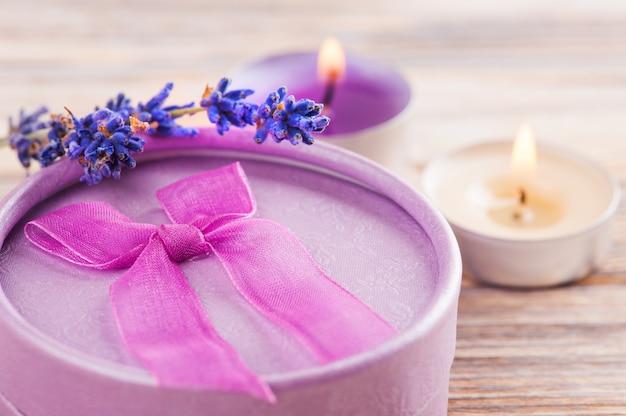 Handgefertigtes lila geschenk mit schleife und lavendel