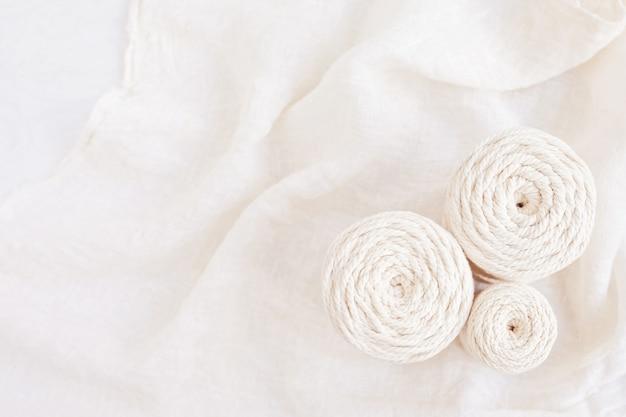Handgefertigtes makramee-geflecht und baumwollfäden. bild gut für makramee- und kunsthandwerksbanner und werbung. ansicht von oben. nahaufnahme