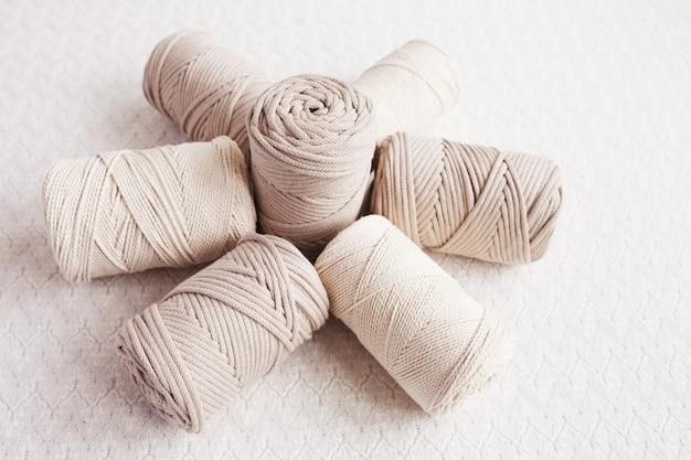 Handgefertigtes makramee-geflecht und baumwollfäden. bild gut für makramee- und kunsthandwerksbanner und werbung. ansicht von oben. platz kopieren. banner