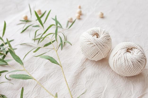 Handgefertigtes makramee-geflecht und baumwollfäden. bild gut für makramee- und kunsthandwerksbanner und werbung. ansicht von oben. platz kopieren