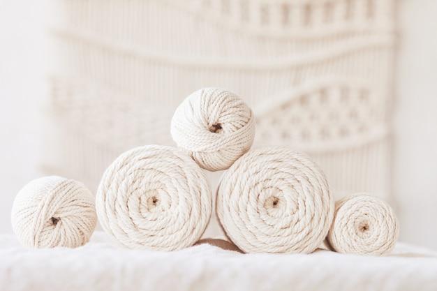Handgefertigtes makramee-geflecht und baumwollfäden. bild gut für makramee- und kunsthandwerksbanner und werbung. platz kopieren