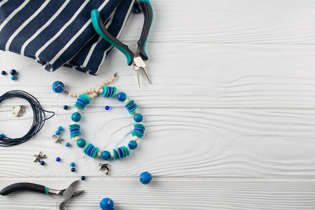 Handgefertigtes türkis-armband, flache zusammensetzung mit zange, perlen und werkzeug