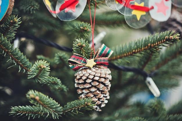 Handgemachte dekoration auf weihnachtsbaum.