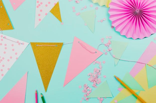 Handgemachte dekorative flaggen auf aquamarinem hintergrund mit konfettis