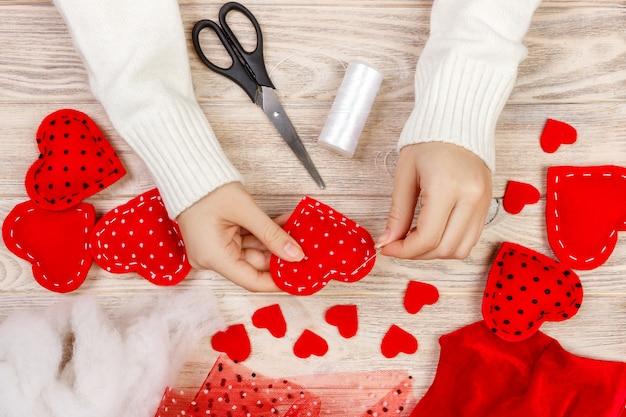 Handgemachte filzherzen für den heiligen valentinstag