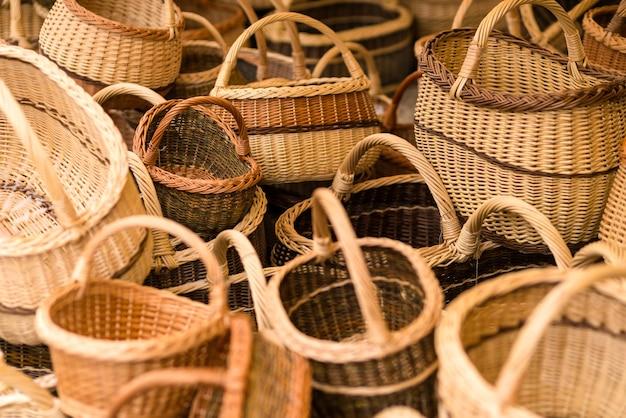 Handgemachte geflochtene weidenkörbe, die in einem stadttarif ausgestellt werden