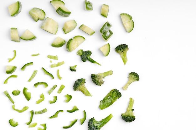 Handgemachte gefrorene halbfertige gemüsezubereitung. gehacktes gemüse zum schnellen kochen. die vegane ernährung.
