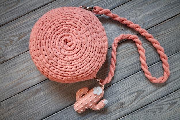 Handgemachte gehäkelte rosa tasche mit langem griff, beschlägen und dekorativ genähtem kaktus