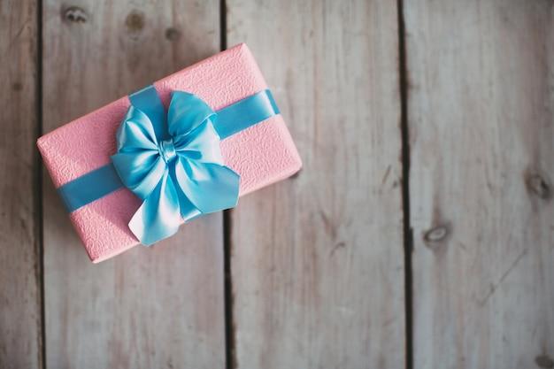 Handgemachte geschenkbox auf dem holztisch