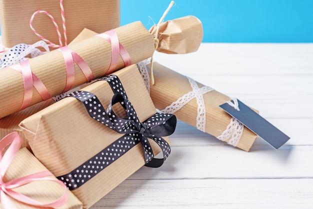 Handgemachte geschenkboxen auf einem weißen hölzernen hintergrund