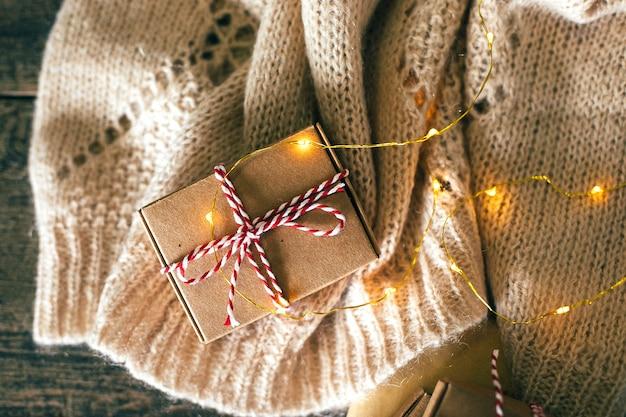 Handgemachte geschenkboxen. weihnachtsferien gemütlich, stimmungskonzept. draufsicht