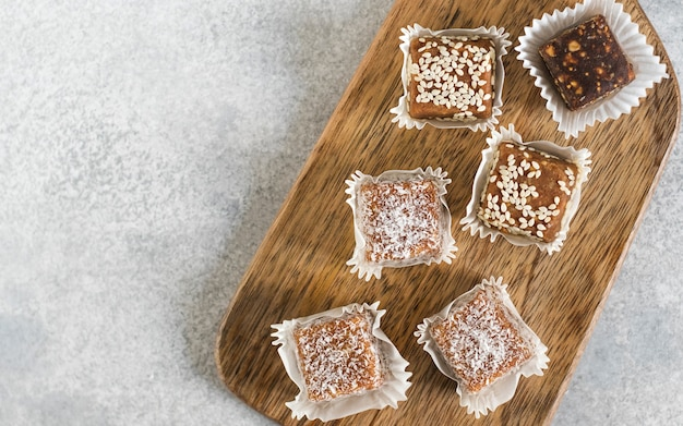 Handgemachte gesunde vegane süße bonbons auf holzbrett