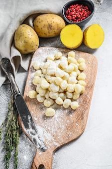 Handgemachte gnocchi di patata, traditionelle italienische pasta bereit zum kochen