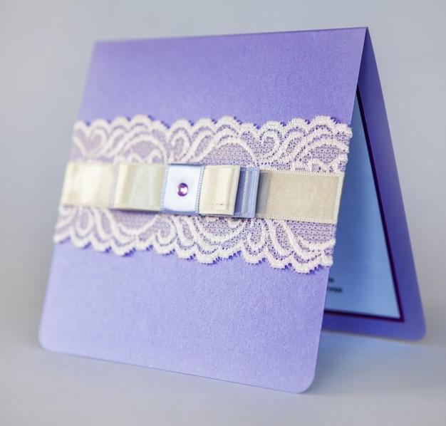Handgemachte hochzeitseinladungen aus papier