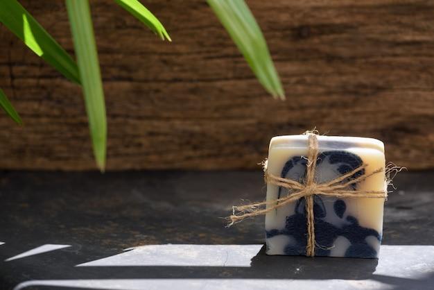 Handgemachte indigo-seife auf dunklem holzhintergrund