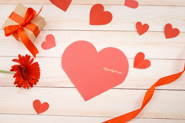 Handgemachte liebeskarte zum valentinstag auf holzhintergrund.