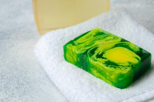 Handgemachte, natürliche bio-seife auf dem tisch. spa-produkte.