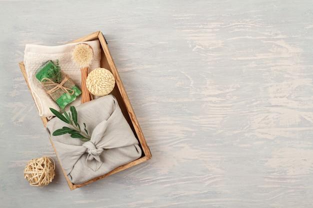 Handgemachte natürliche organische seife, trockenes shampoo, badekurort, schönheitshautpflege-geschenkpaketkonzept. . geschenke in kunststofffreien geschenkboxen