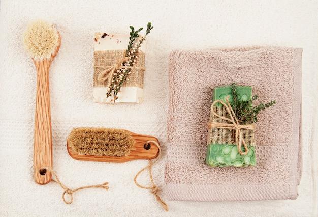 Handgemachte natürliche seife, trockenes shampoo und badezimmerzubehör, umweltfreundlicher badekurort, schönheitshautpflegekonzept. kleinunternehmen, ethische einkaufsidee