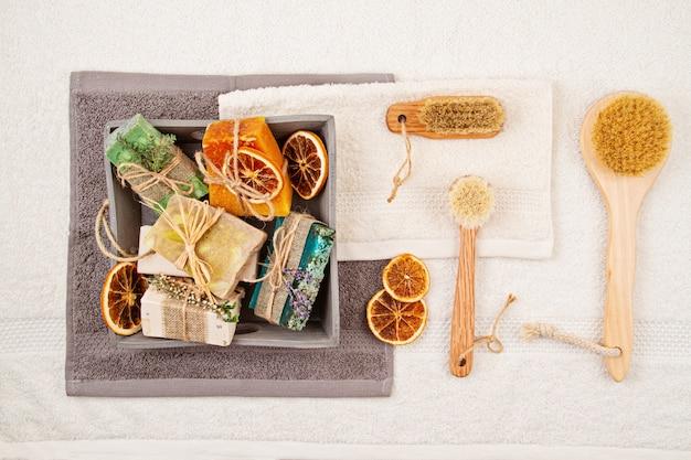 Handgemachte natürliche seife und trockenes shampoo, umweltfreundlicher badekurort, schönheitshautpflegekonzept. kleinunternehmen, ethische einkaufsidee