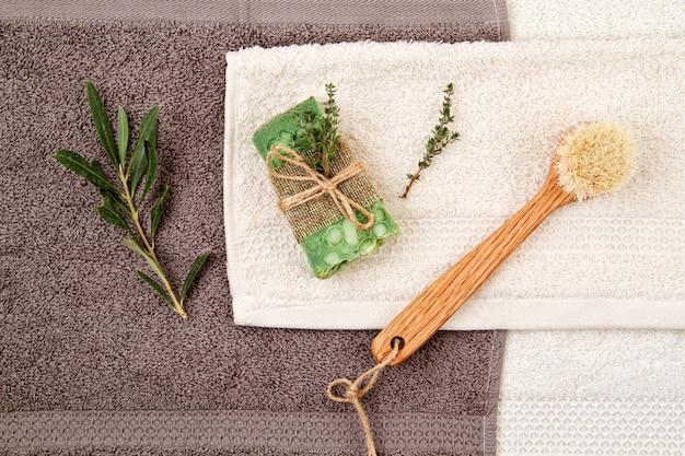 Handgemachte natürliche seife und trockenes shampoo, umweltfreundlicher badekurort, schönheitshautpflegekonzept.