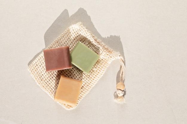 Handgemachte naturseifen. ethischer, nachhaltiger zero-waste-lifestyle. diy, hobby, handwerkliche kleine geschäftsidee. ansicht von oben, modell