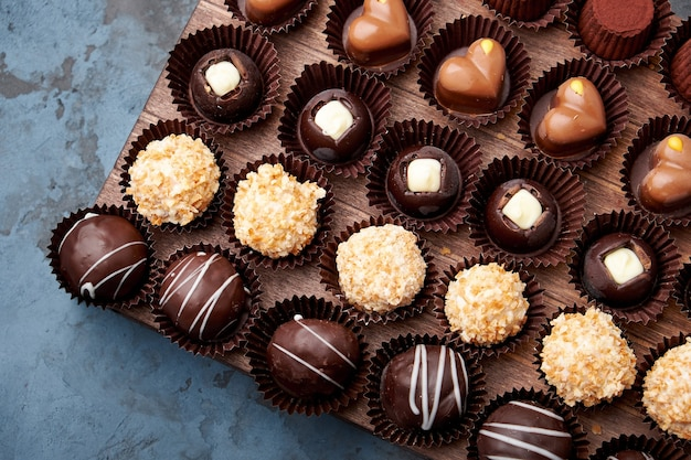 Handgemachte pralinen und trüffel aus schokolade im sortiment