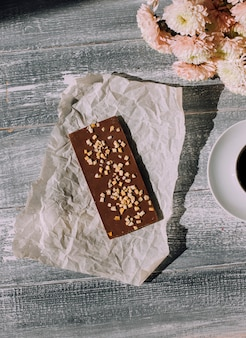 Handgemachte schokolade auf holzuntergrund