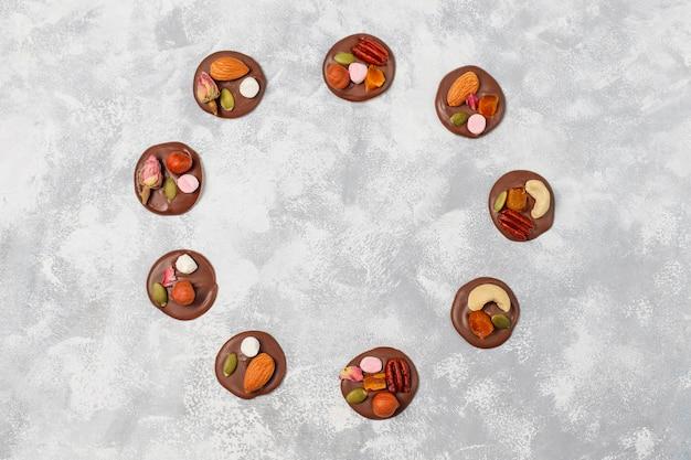 Handgemachte schokoladenmedianten, kekse, bissen, bonbons, nüsse. copyspace. ansicht von oben.