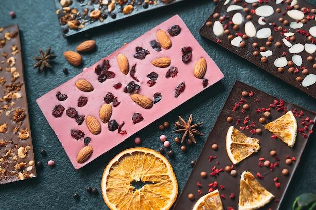 Handgemachte schokoriegel mit einer vielzahl von getrockneten früchten und nussbelägen