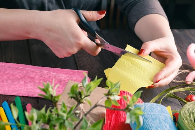 Handgemachte scrapbooking postkarte und hilfsmittel, die auf einer tabelle liegen