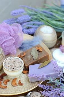 Handgemachte seife aus obst und lavendel, aromatische lavendelkerze, natürliches spa-set