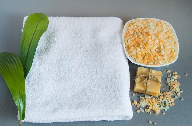 Handgemachte seife, ein weißes handtuch, meersalz zur körperpflege