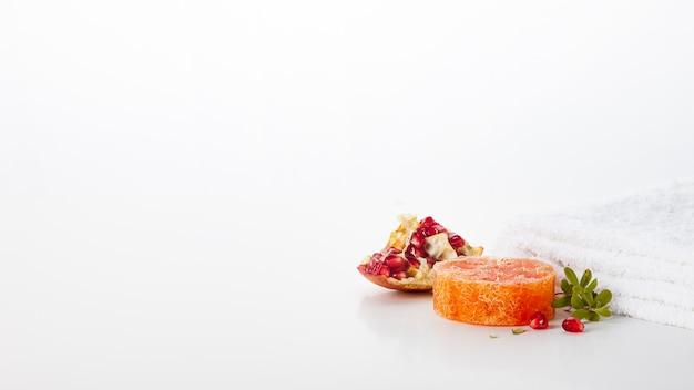 Handgemachte seife. granatapfel-duftende hautpflege. spa-behandlungen und aromatherapie für glatte und gesunde haut