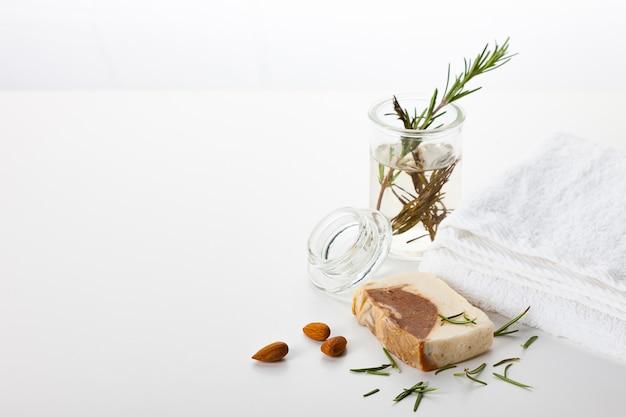 Handgemachte seife. hautpflege mit mandel- und rosmarinaroma. spa-behandlungen und aromatherapie für glatte und gesunde haut