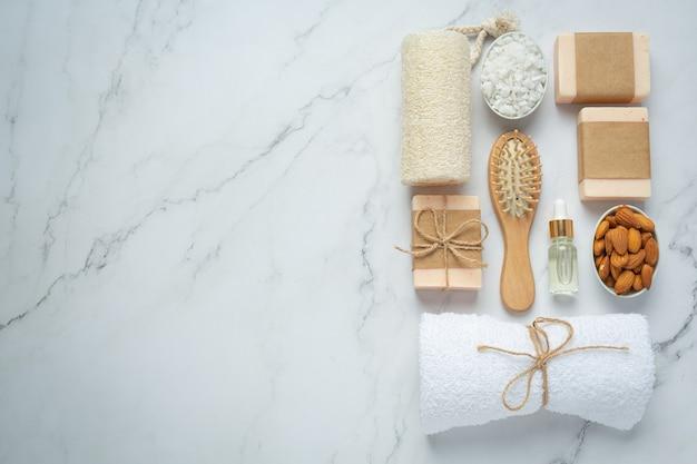Handgemachte seife mandel auf marmorhintergrund