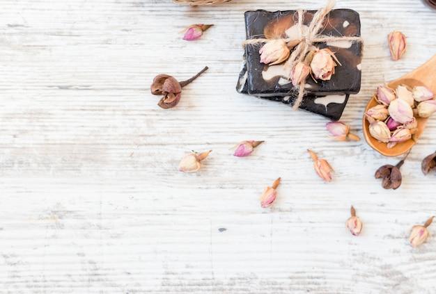 Handgemachte seife mit rosen auf weiß