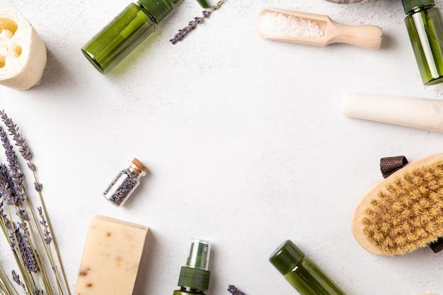Handgemachte seife und öle mit lavendelblüten. gesundheit und selbstfürsorge. essentielle duft-aromatherapie. natürlicher hintergrund. ansicht von oben, kopienraum, flache lage. naturkosmetik.